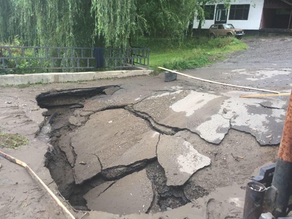 Потужна злива у Рахові: евакуйовано 7 людей, затоплено 50 будинків та 20 автомобілів (ФОТО, ВІДЕО), фото-6