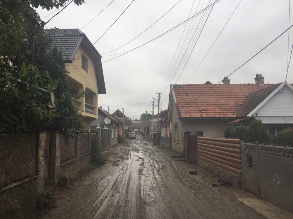 Потужна злива у Рахові: евакуйовано 7 людей, затоплено 50 будинків та 20 автомобілів (ФОТО, ВІДЕО), фото-7