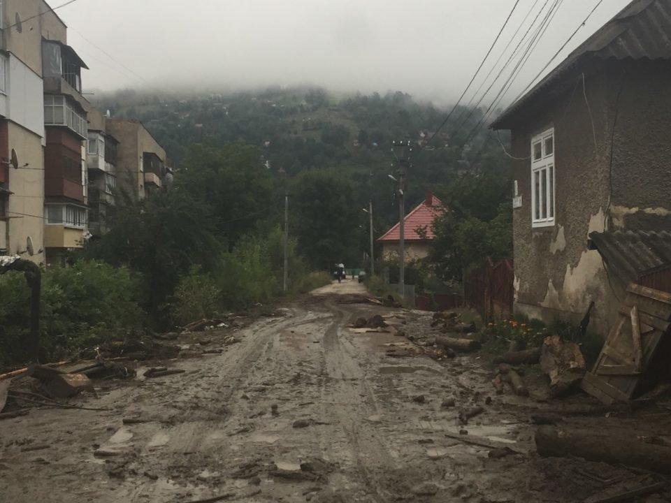 Потужна злива у Рахові: евакуйовано 7 людей, затоплено 50 будинків та 20 автомобілів (ФОТО, ВІДЕО), фото-8