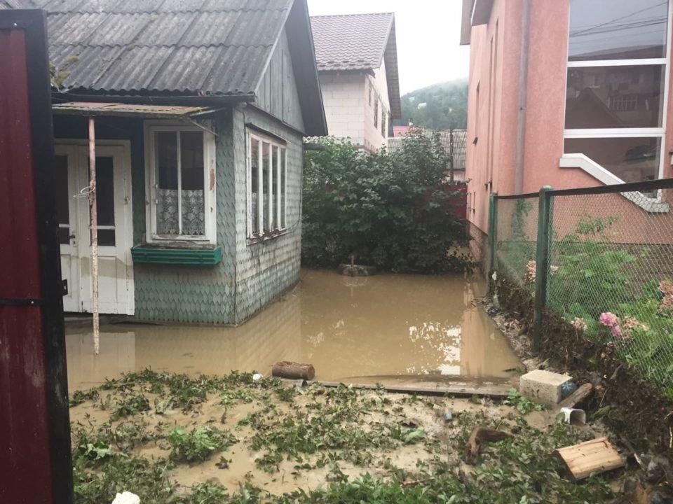 Потужна злива у Рахові: евакуйовано 7 людей, затоплено 50 будинків та 20 автомобілів (ФОТО, ВІДЕО), фото-9