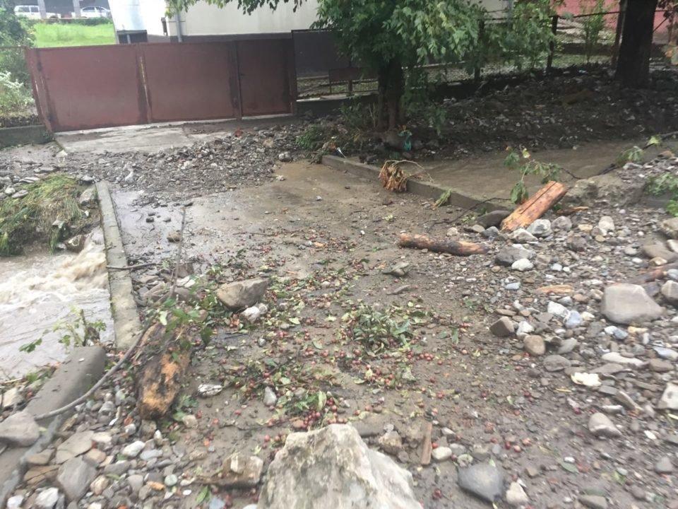 Потужна злива у Рахові: евакуйовано 7 людей, затоплено 50 будинків та 20 автомобілів (ФОТО, ВІДЕО), фото-10