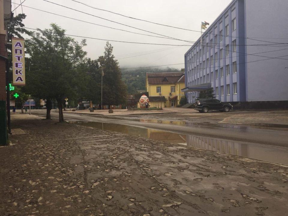 Потужна злива у Рахові: евакуйовано 7 людей, затоплено 50 будинків та 20 автомобілів (ФОТО, ВІДЕО), фото-12