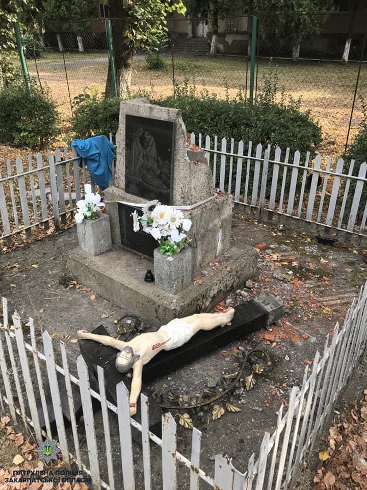 Нічого святого: в Мукачеві п'яний чоловік розбив мармуровий хрест із розп'яттям (ФОТО), фото-2