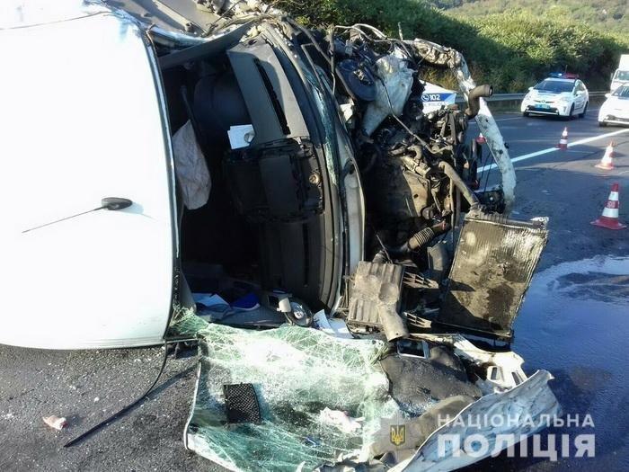На Ужгородщині ДТП за участі вантажівки, «ВАЗу» та мікроавтобуса: 1 людина загинула, 2-є в лікарні (УСІ ПОДРОБИЦІ, ФОТО), фото-1