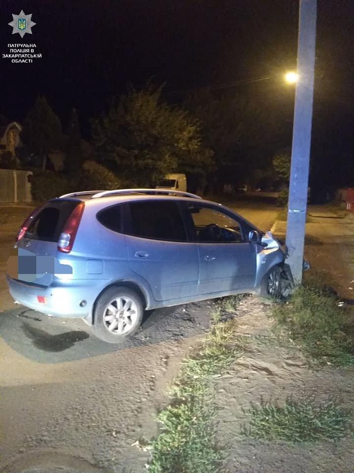 Вночі в Ужгороді п'яний водій в'їхав в електроопору (ФОТО), фото-2