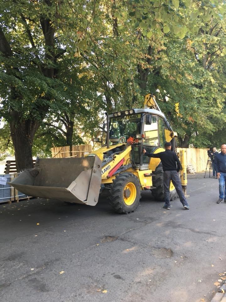 Поліція, спецтехніка та активісти: на набережній Незалежності в Ужгороді знову зупинено роботи (ФОТО, ВІДЕО), фото-2