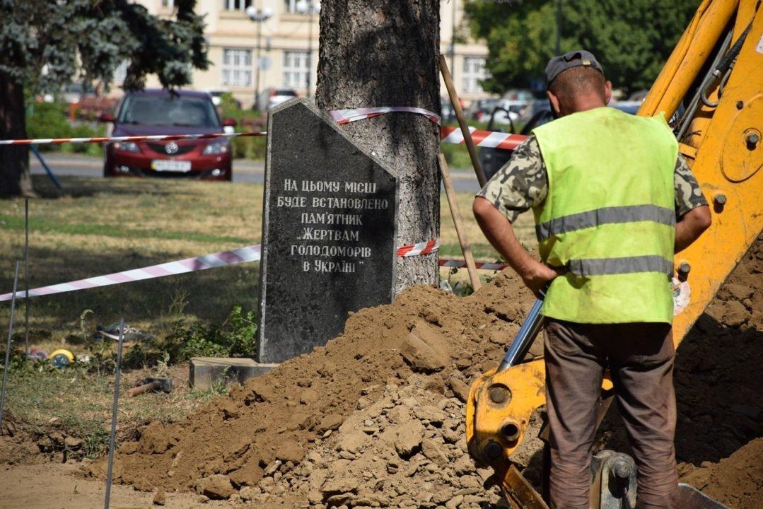 В Ужгороді почали встановлювати пам'ятник жертвам Голодомору (ФОТО), фото-2
