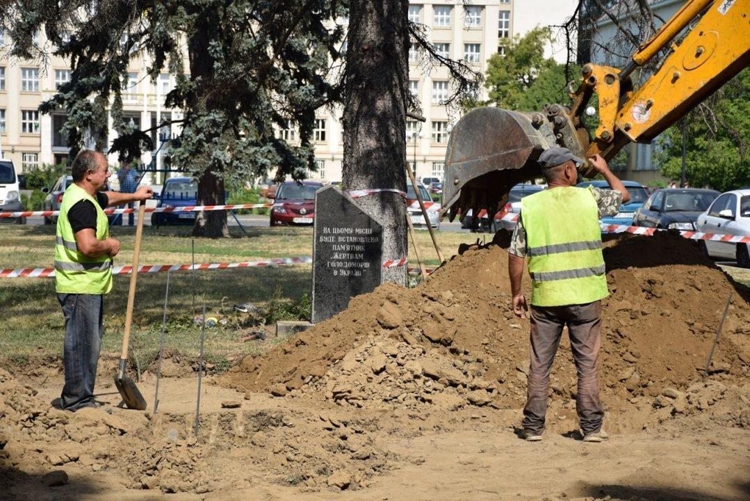 В Ужгороді почали встановлювати пам'ятник жертвам Голодомору (ФОТО), фото-1