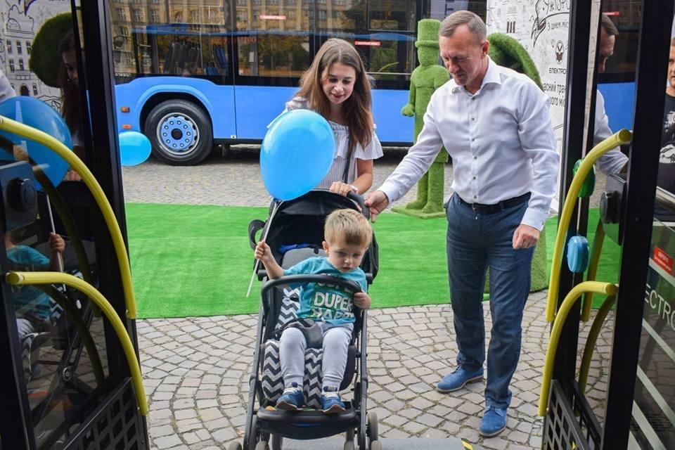 Ужгородцям показали облаштування двох нових автобусів, які вийдуть на маршрути №№ 18,20 (ФОТО), фото-12