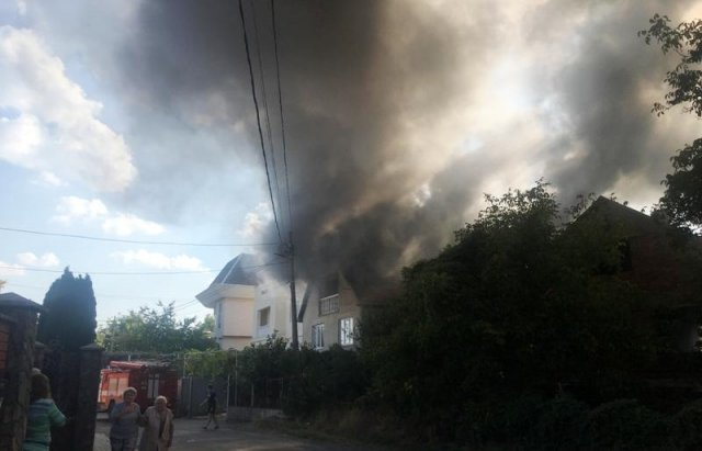 У Мукачеві з палаючого будинку врятували дитину (ФОТО, ВІДЕО), фото-2