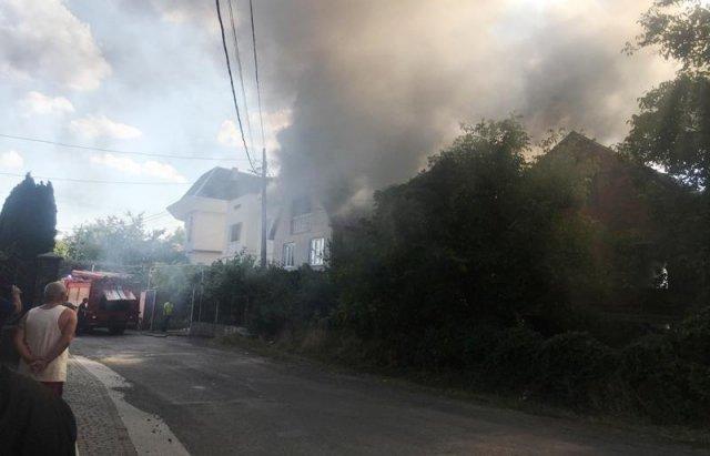 У Мукачеві з палаючого будинку врятували дитину (ФОТО, ВІДЕО), фото-1