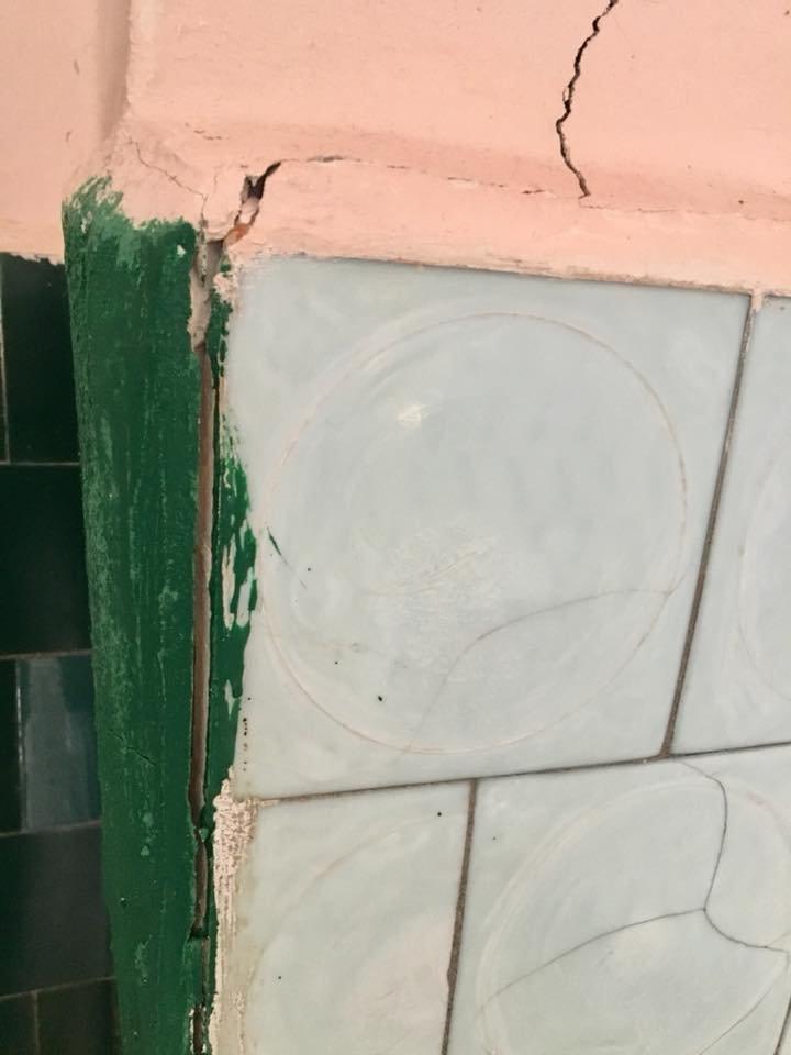 Діряві простирадла та голий унітаз: закарпатців вкотре шокували умови перебування в Хустській інфекційці (ФОТО), фото-5
