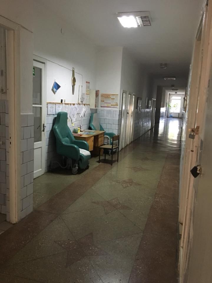 Діряві простирадла та голий унітаз: закарпатців вкотре шокували умови перебування в Хустській інфекційці (ФОТО), фото-3