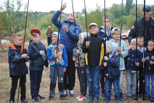 На «Кірпічці» провели благодійний захід «Ужгородські поплавці», де навчали правильно вудити рибу (ФОТО), фото-10