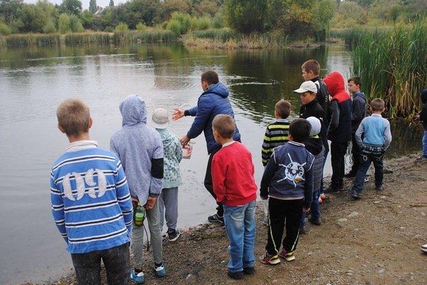 На «Кірпічці» провели благодійний захід «Ужгородські поплавці», де навчали правильно вудити рибу (ФОТО), фото-4
