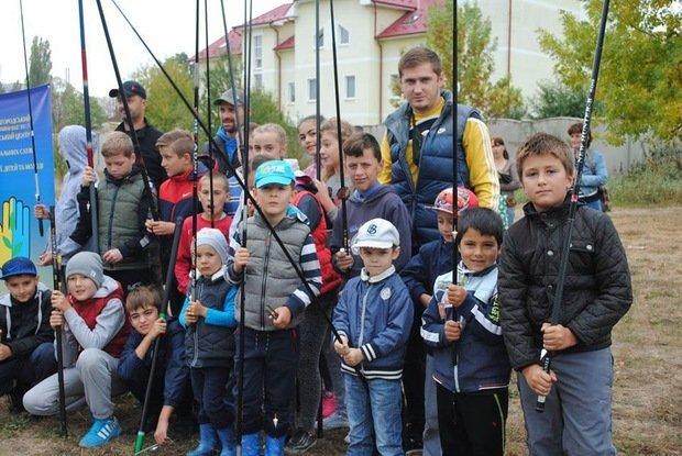 На «Кірпічці» провели благодійний захід «Ужгородські поплавці», де навчали правильно вудити рибу (ФОТО), фото-13