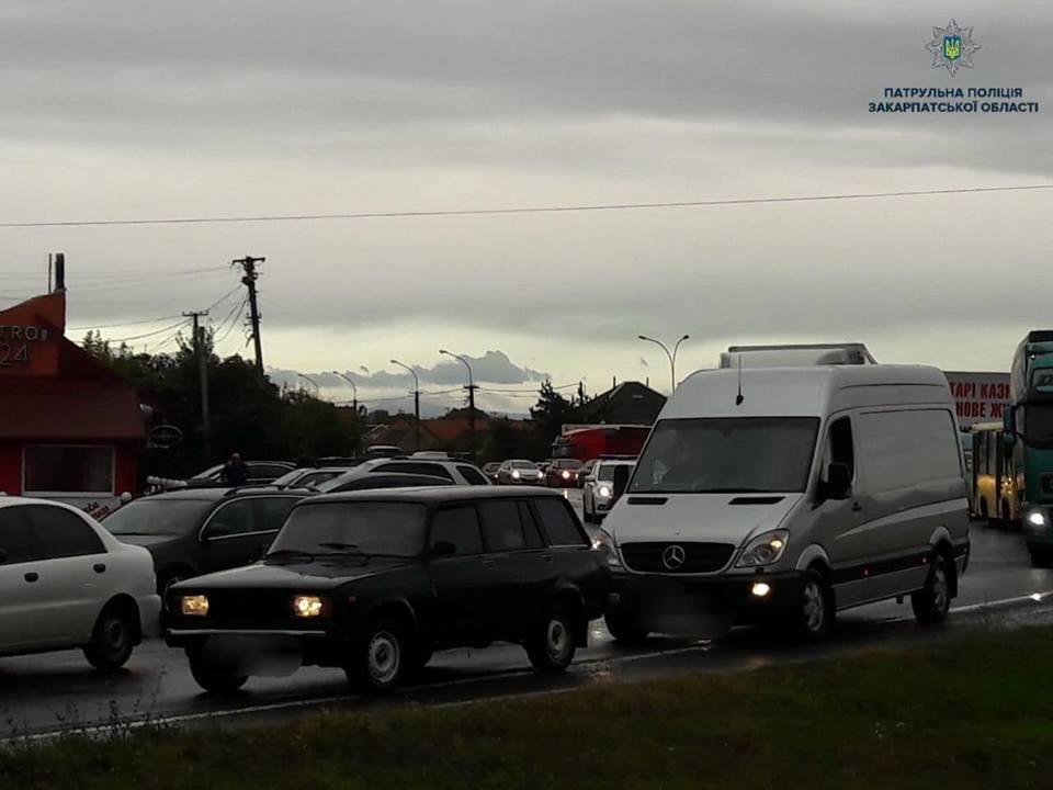 При виїзді з Ужгорода ускладнений рух через мирний мітинг водіїв авто на іноземній реєстрації (ФОТО, ВІДЕО), фото-2