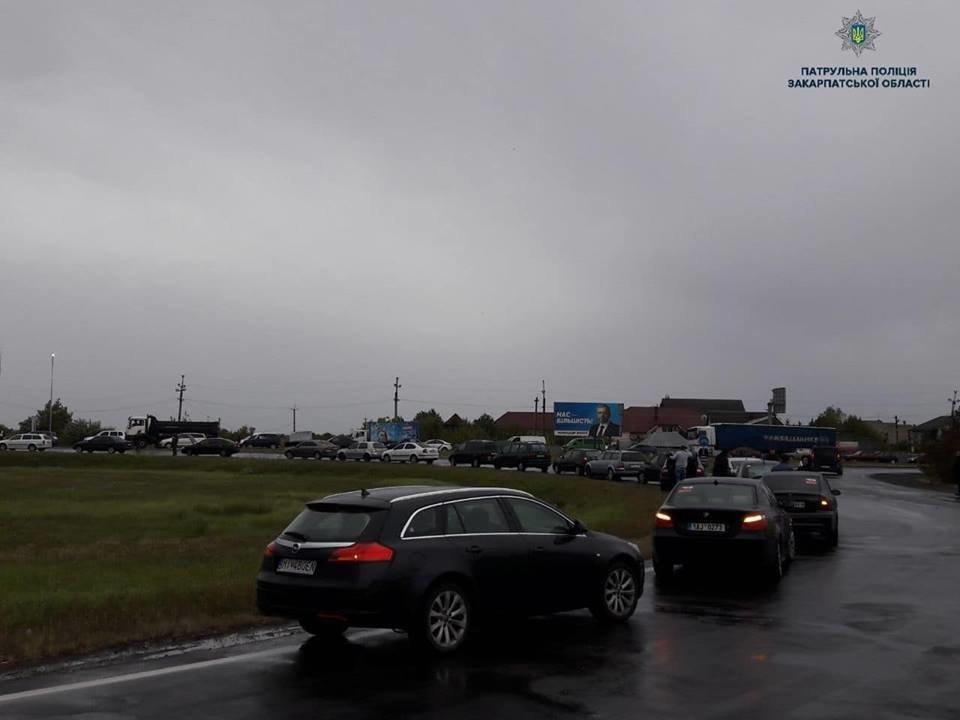 При виїзді з Ужгорода ускладнений рух через мирний мітинг водіїв авто на іноземній реєстрації (ФОТО, ВІДЕО), фото-1