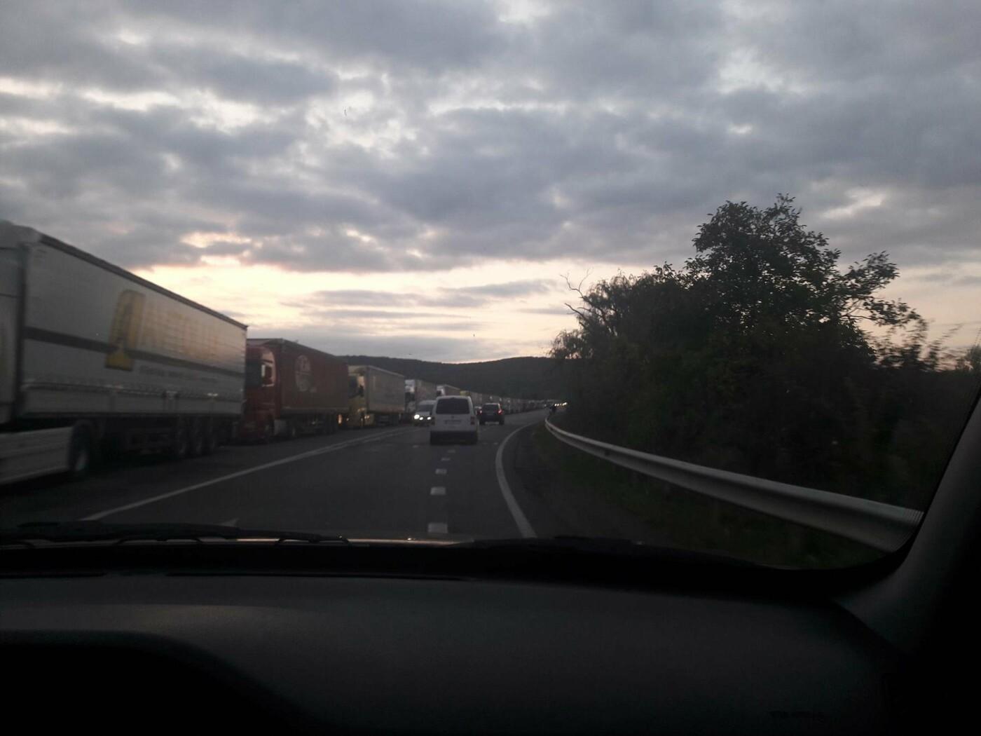 На словацькому кордоні біля Ужгорода вкотре - багатокілометрова черга (ФОТО), фото-1