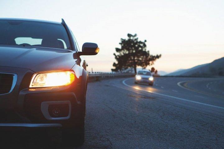 Ужгородцям нагадують, що від сьогодні за межами населених пунктів потрібно вмикати денні вогні авто, фото-1