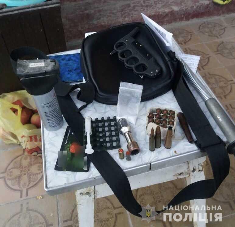 Недарма під підозрою: у закарпатця під час обшуку вилучили холодну зброю (ФОТО), фото-1