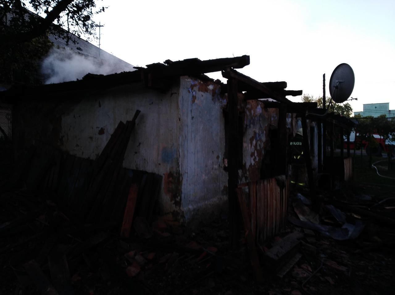 На Ужгородщині чоловік через необережність спалив будинок та ледь не згорів сам (ФОТО), фото-1