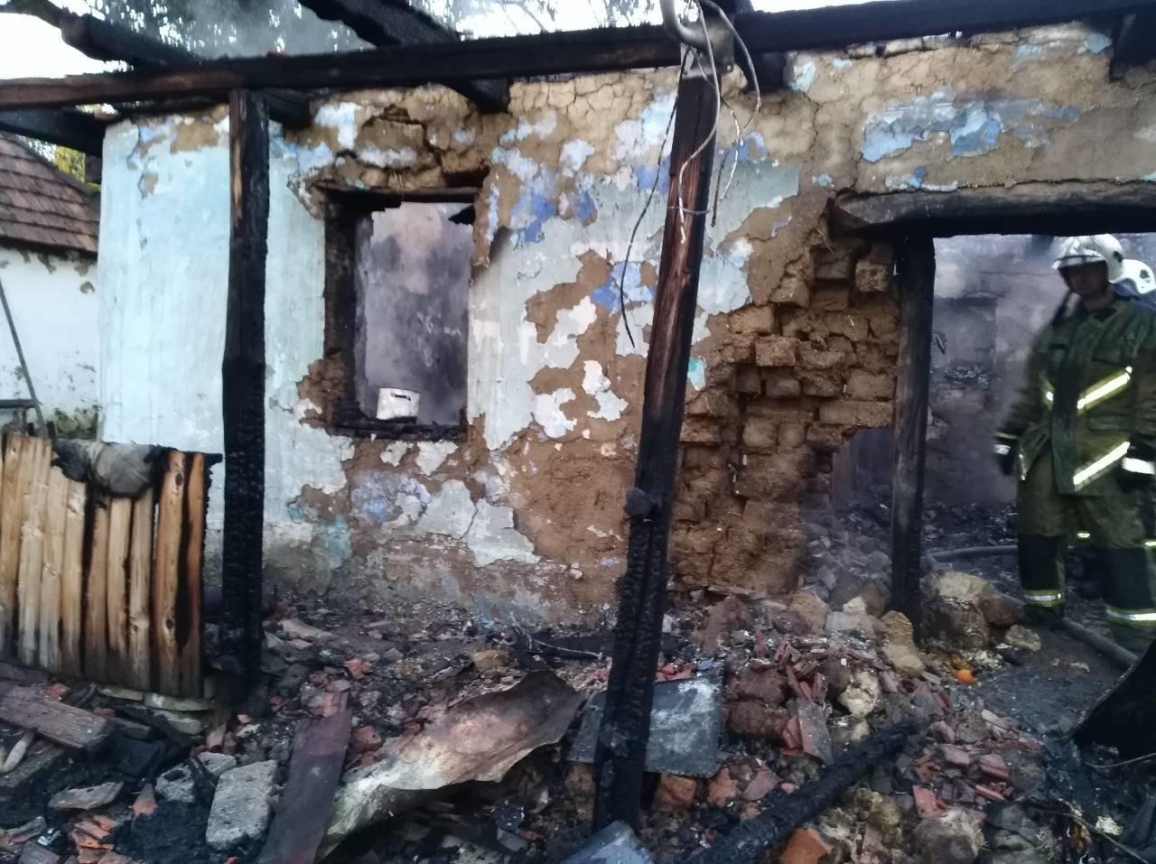 На Ужгородщині чоловік через необережність спалив будинок та ледь не згорів сам (ФОТО), фото-4