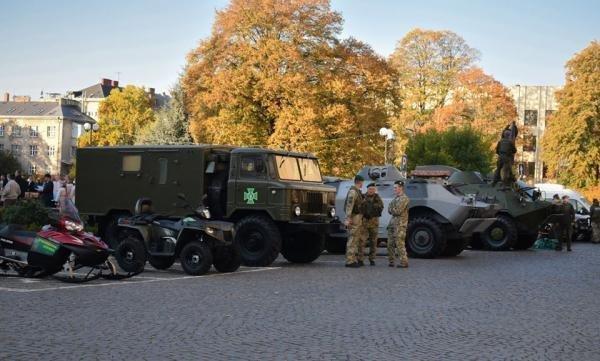 До Дня захисника в Ужгороді проходить виставка військової техніки та озброєння (ФОТО), фото-1