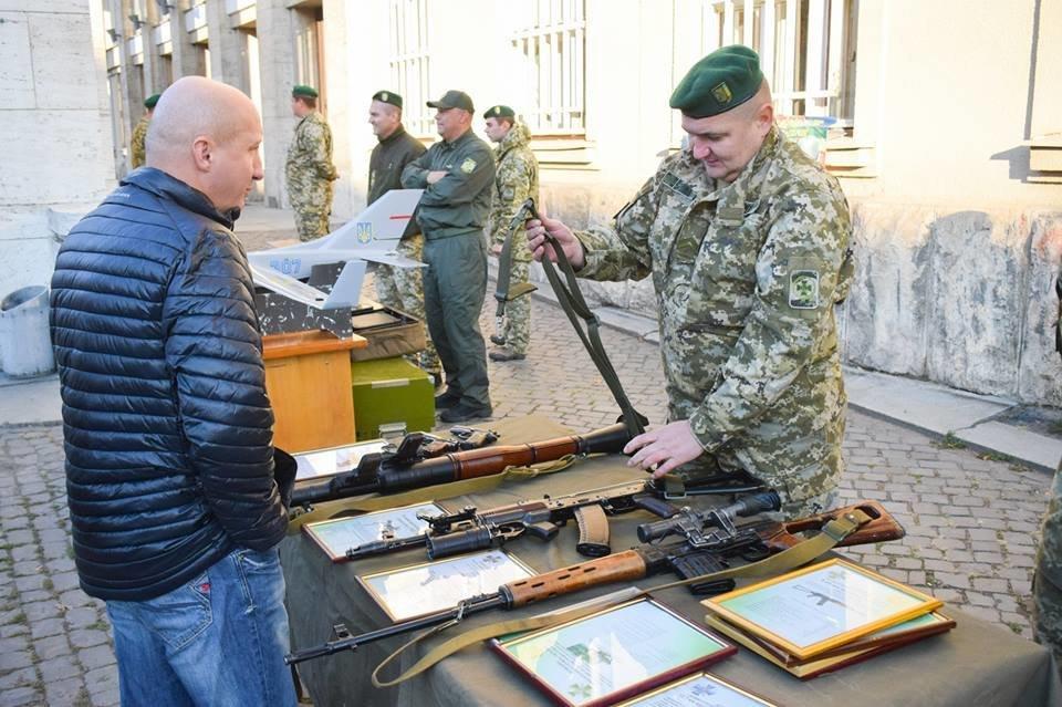 До Дня захисника в Ужгороді проходить виставка військової техніки та озброєння (ФОТО), фото-2