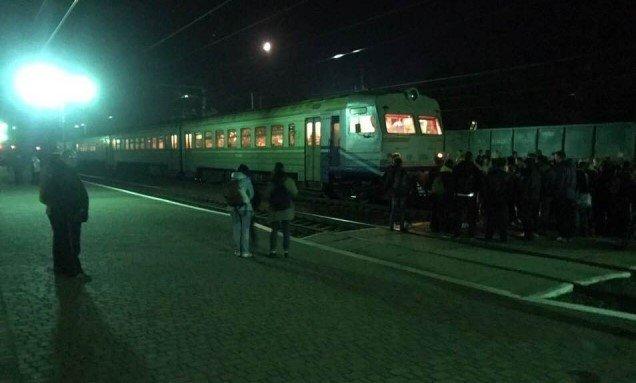 На Львівщині пасажири заблокували потяг з Закарпаття (ФОТО), фото-1