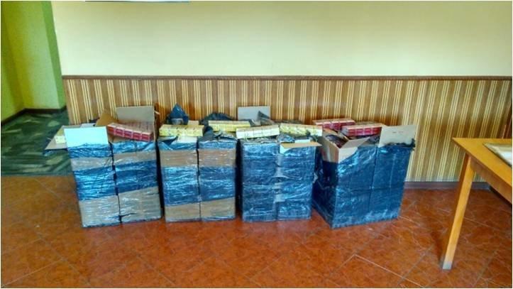 Контрабандисти, тікаючи від прикордонників, залишили вісім ящиків сигарет (ФОТО), фото-2
