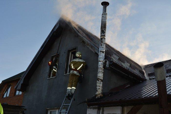 Ужгородські пожежники врятували приватний будинок від вогню (ФОТО), фото-1