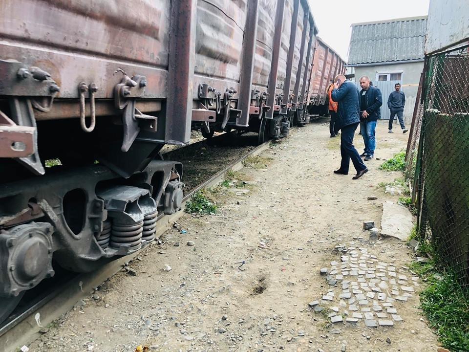 На Радванці в Ужгороді з рейок зійшли товарні вагони, дивом не зачепивши житловий будинок (ФОТО, ВІДЕО), фото-12