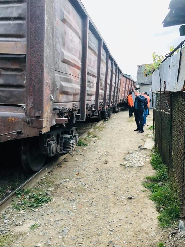 На Радванці в Ужгороді з рейок зійшли товарні вагони, дивом не зачепивши житловий будинок (ФОТО, ВІДЕО), фото-5