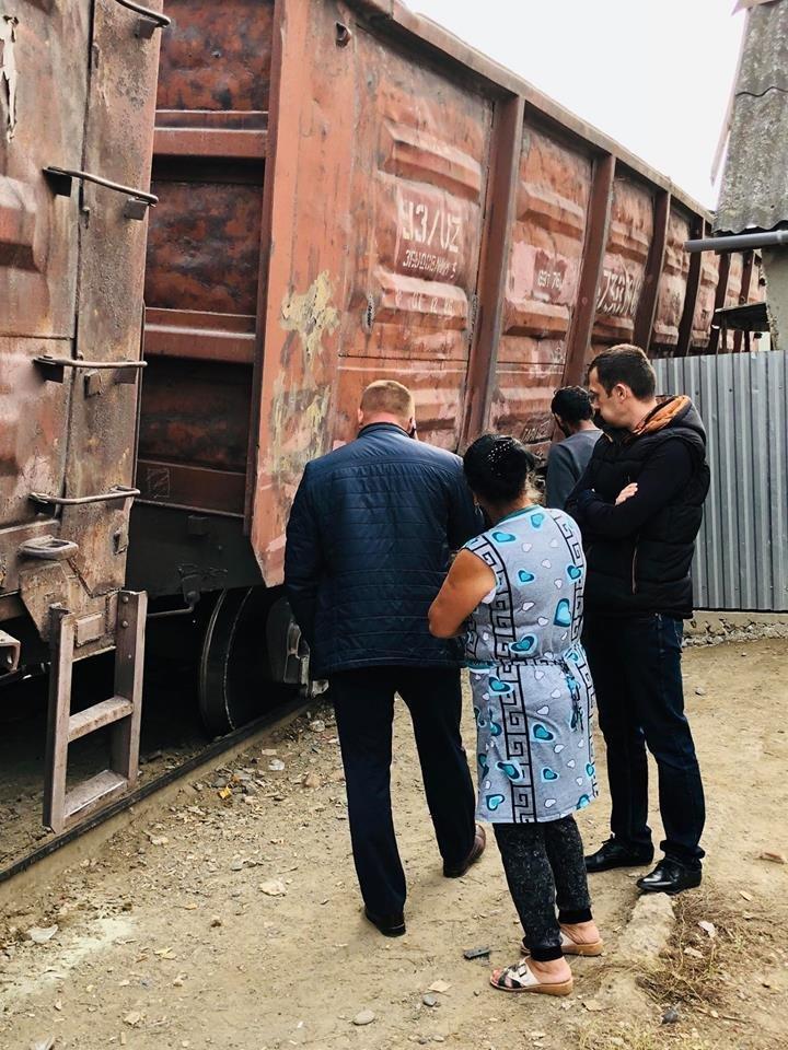 На Радванці в Ужгороді з рейок зійшли товарні вагони, дивом не зачепивши житловий будинок (ФОТО, ВІДЕО), фото-16