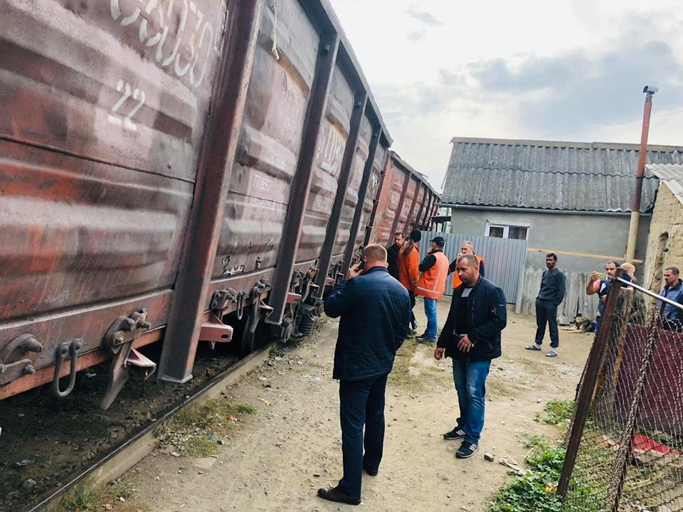 На Радванці в Ужгороді з рейок зійшли товарні вагони, дивом не зачепивши житловий будинок (ФОТО, ВІДЕО), фото-3