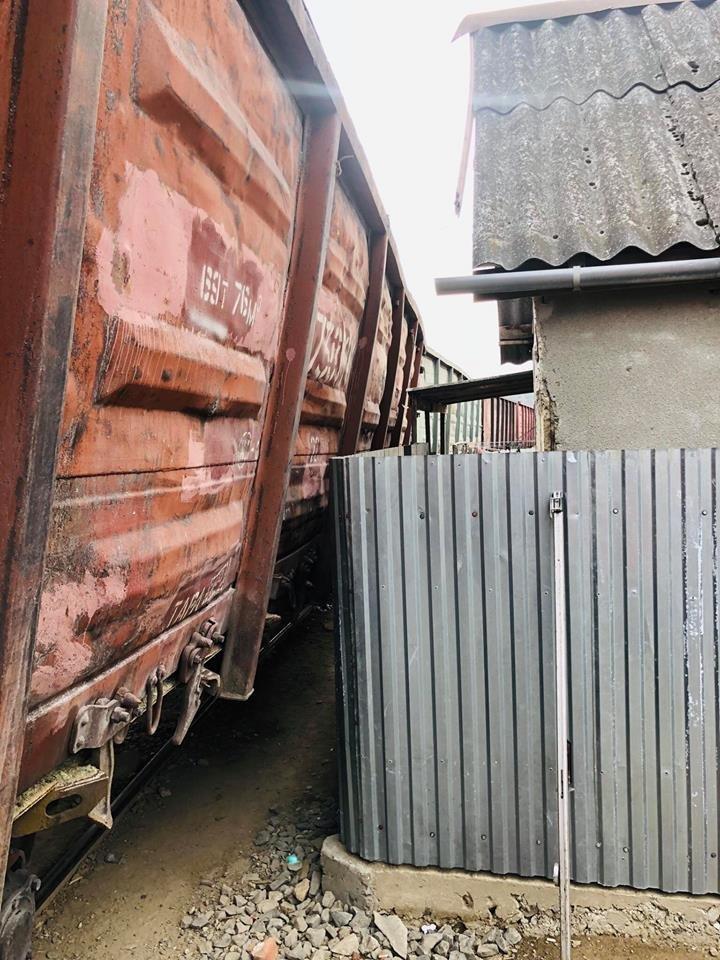 На Радванці в Ужгороді з рейок зійшли товарні вагони, дивом не зачепивши житловий будинок (ФОТО, ВІДЕО), фото-1