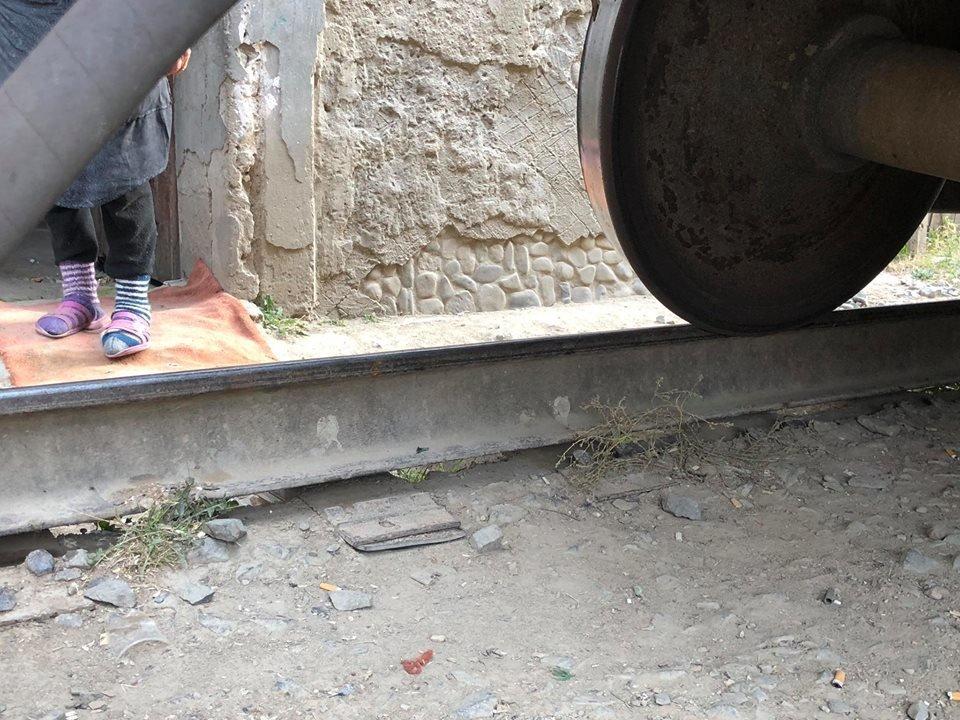На Радванці в Ужгороді з рейок зійшли товарні вагони, дивом не зачепивши житловий будинок (ФОТО, ВІДЕО), фото-7