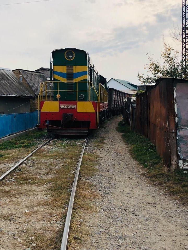 На Радванці в Ужгороді з рейок зійшли товарні вагони, дивом не зачепивши житловий будинок (ФОТО, ВІДЕО), фото-13