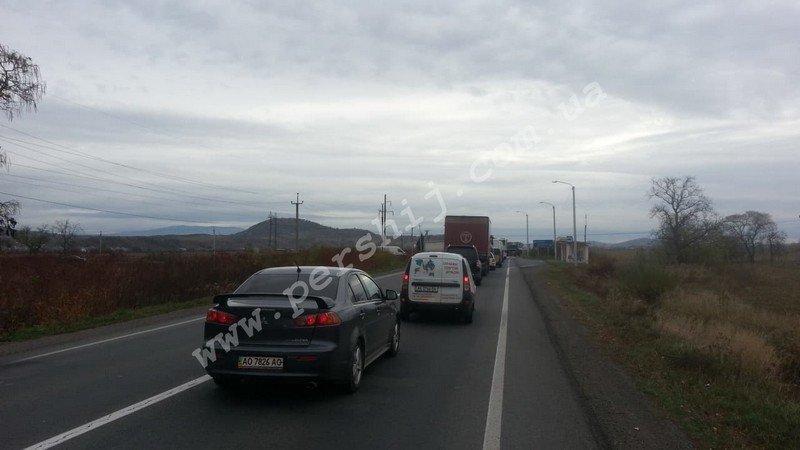 До уваги водіїв: На трасі між Ужгородом та Мукачевом утворився чималий затор (ФОТО), фото-1