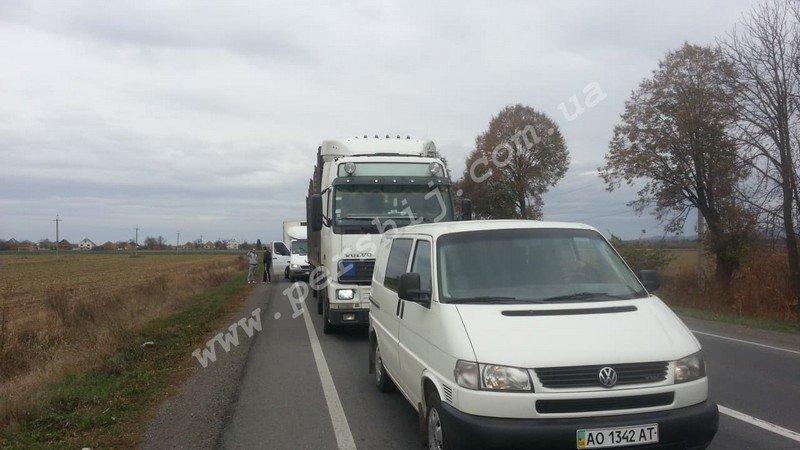 До уваги водіїв: На трасі між Ужгородом та Мукачевом утворився чималий затор (ФОТО), фото-2