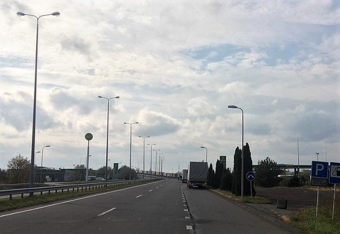 На кордоні з Угорщиною утворилась трикілометрова черга вантажівок (ФОТО), фото-1