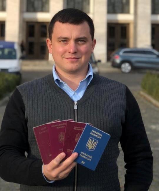 Ужгородський депутат Роланд Цебер продемонстрував кілька паспортів і назвав українське законодавство вибірковим