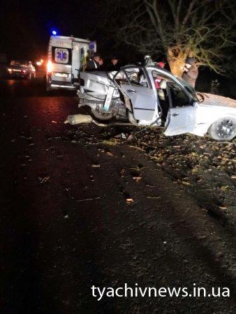 Смертельна ДТП на Тячівщині: авто влетіло у дерево - водій загинув, пасажир у лікарні (ФОТО)