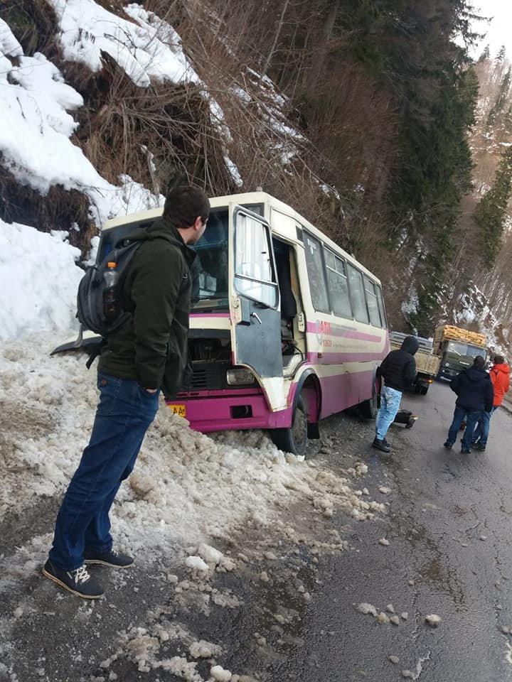 На Закарпатті рейсовий автобус із пасажирами з'їхав у кювет (ФОТО), фото-1