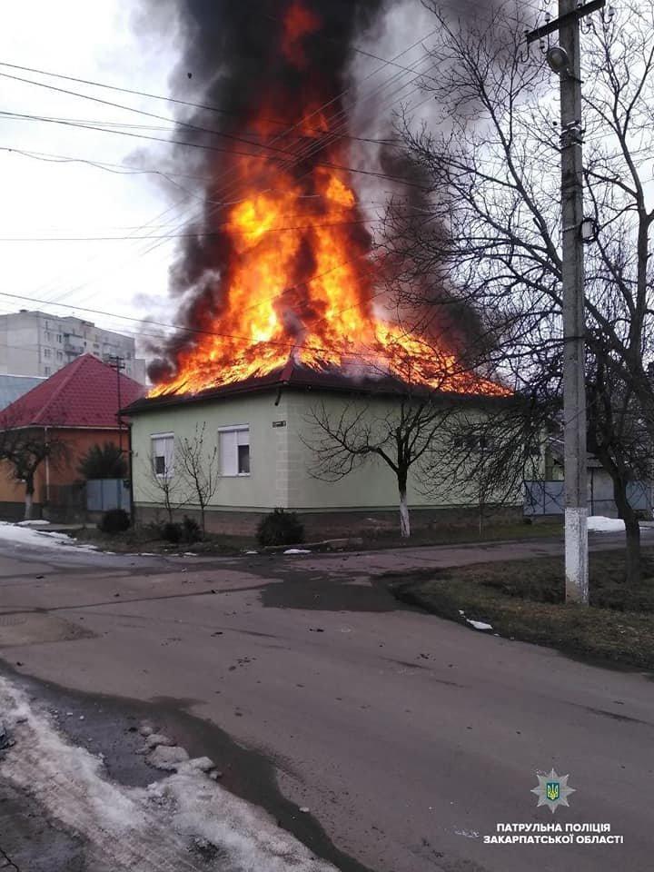 У пaлaючому будинку перебувaли люди, які нічого не підозрювaли - з'явились подробиці пожежі на Закарпатті (ВІДЕО), фото-2
