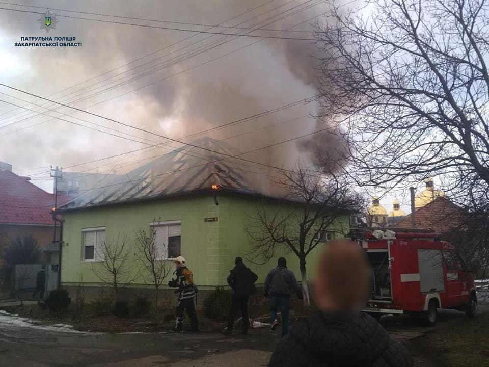 У пaлaючому будинку перебувaли люди, які нічого не підозрювaли - з'явились подробиці пожежі на Закарпатті (ВІДЕО), фото-3