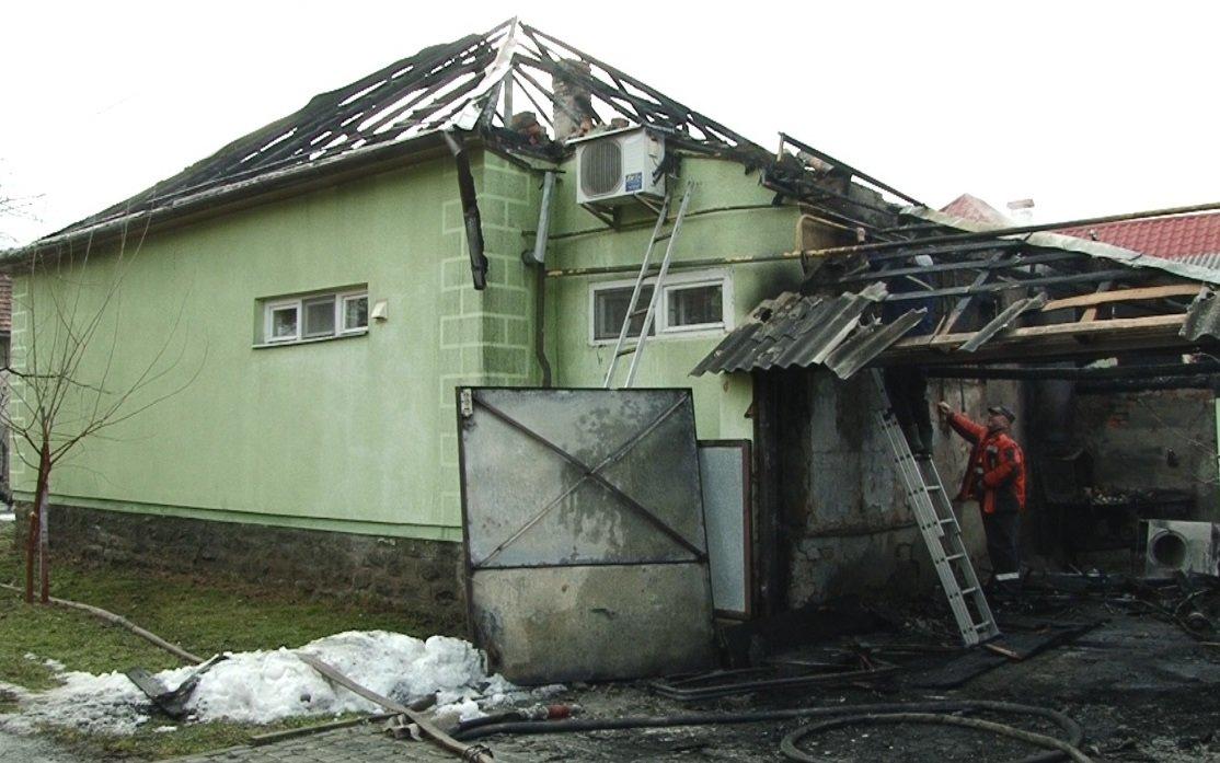 У пaлaючому будинку перебувaли люди, які нічого не підозрювaли - з'явились подробиці пожежі на Закарпатті (ВІДЕО), фото-4