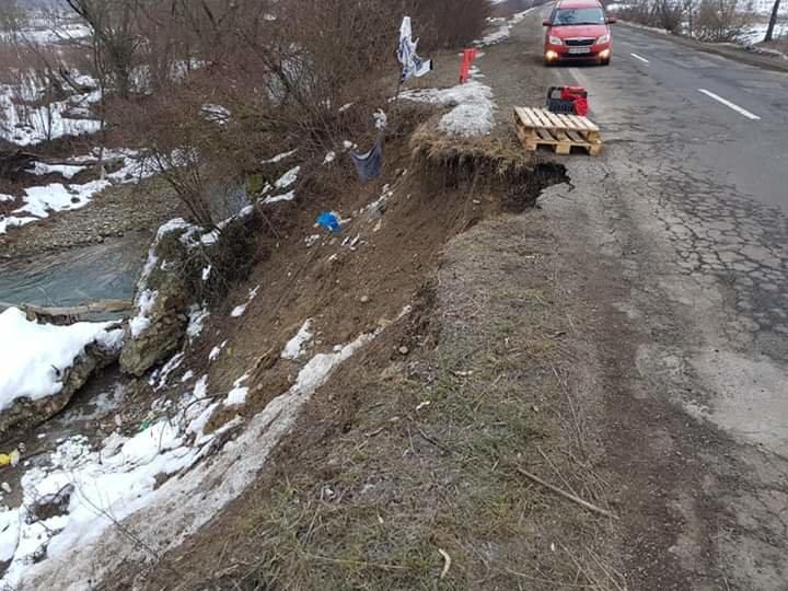 На Закарпатті на дорозі державного значення через підняття рівня води у річці стався зсув асфальту (ФОТО), фото-2