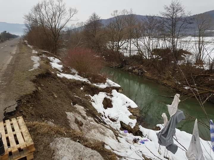 На Закарпатті на дорозі державного значення через підняття рівня води у річці стався зсув асфальту (ФОТО), фото-1